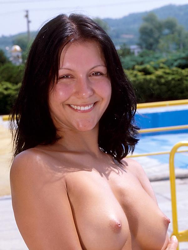 Sexe au tel, Evana nue, souriante et prête à vous recevoir en elle