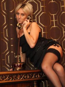 Dial cougar, Marie répond au téléphone en nuisette noire