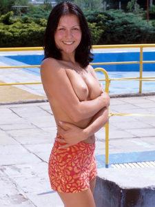 Sexe au tel, Evana les seins nus et en paréo en plein soleil