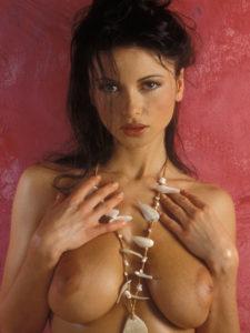 """Tel rose, Maelle seins nus adossée à un mur avec un l'air de te dire """"tu attends quoi pour me prendre"""" ?"""