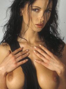 Tel rose, Maelle les mains sur les seins, lèvres entrouvertes, regard mutin